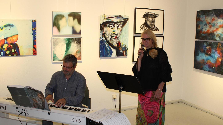 Nicht nur die Werke der 23 Künstlerinnen und Künstler begeisterten die Besucher der Ausstellung, sondern auch die musikalische Umrahmung von Thomas Leyer (Klavier) und Gabriele Joppien (Gesang) bei der Vernissage.