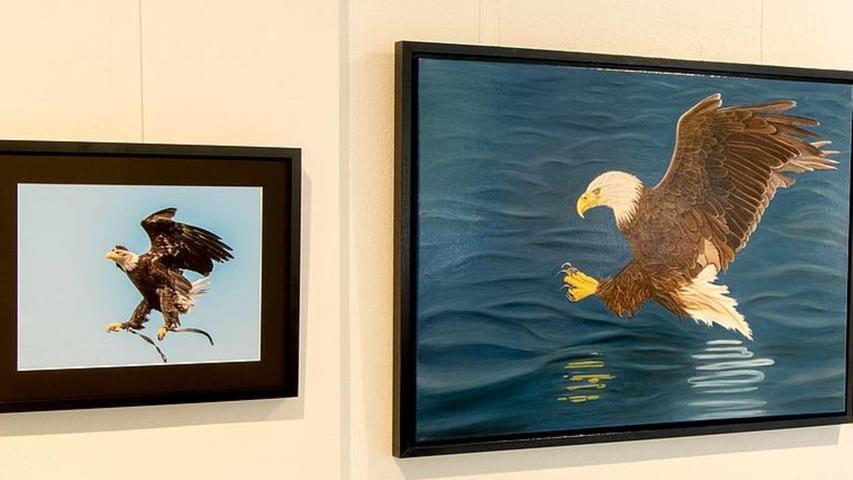 Spannende Kooperation der Kunstformen mit einem Adler: einmal Foto, einmal Gemälde.