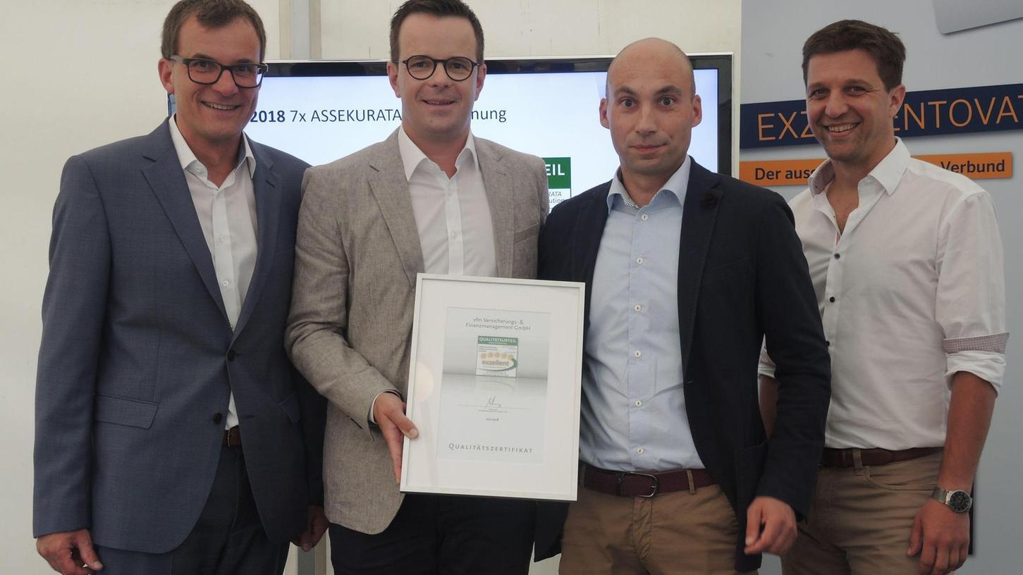 Freuen sich über die exzellente Bewertung: Die vfm-Geschäftsführer Klaus Liebig (l.), Stefan Liebig (2.v.l.) und Robert Schmidt (r.). Markus Kruse (3.v.l.), Geschäftsführer von Assekurata, übergab das Zertifikat.