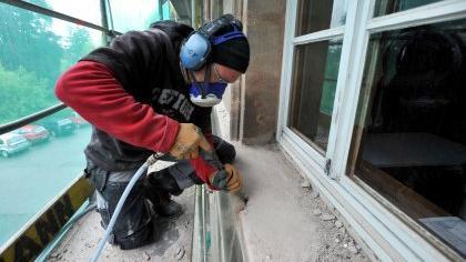 Steinmetzmeister Klaus Becker von der Bamberger Firma monolith bessert die Fenstersimse aus, bevor sie mit Metall verkleidet werden.