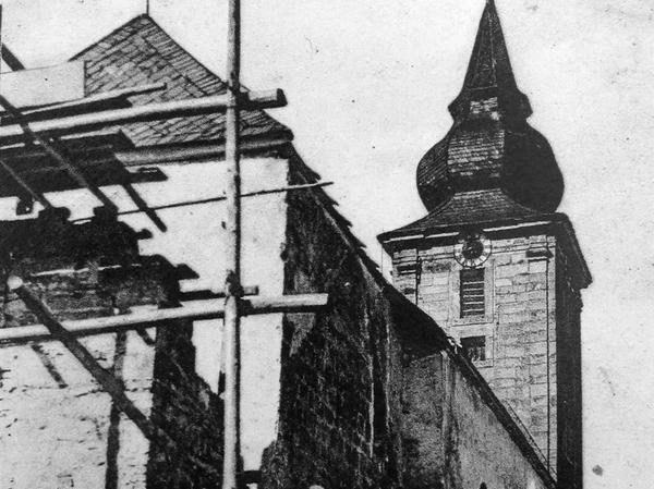Das Bild zeigt den Umbau der Hopfenoher Kirche im Jahr 1934, der fast einem Neubau glich.