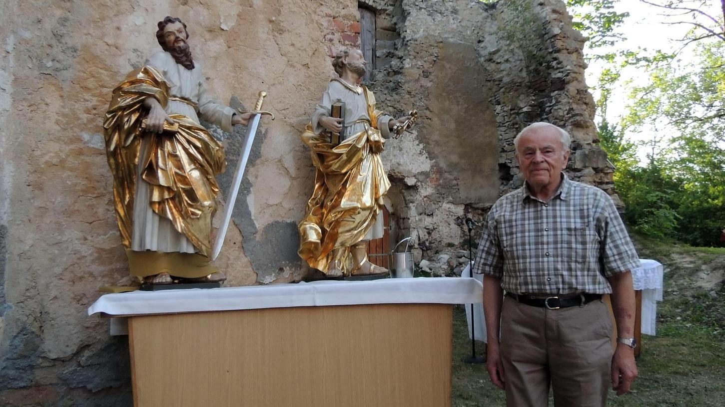 Für einen Tag kehrten die Statuen Peter und Paul zurück in die gleichnamige Kirchenruine auf der Hopfenohe, wo einst Richard Lehner getauft wurde.