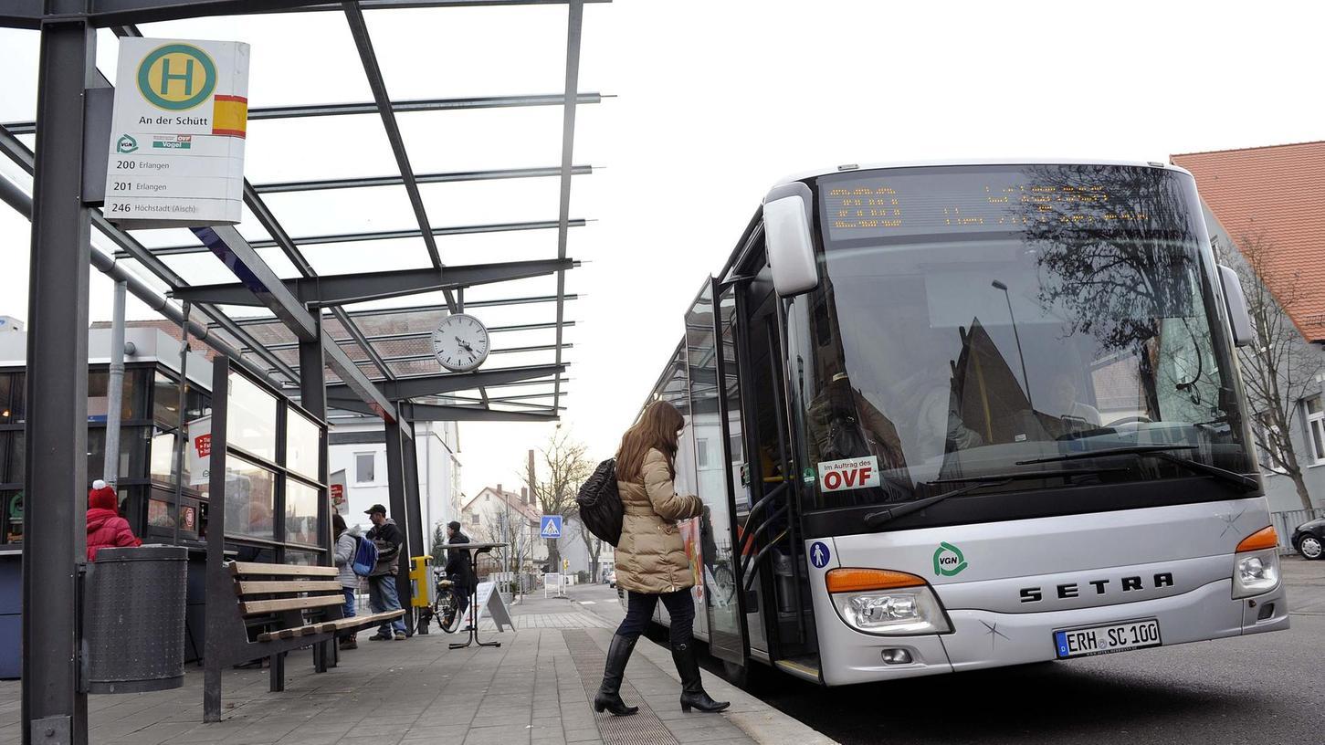 Eine wesentliche und erfolgreiche Maßnahme im Landkreis ist der Ausbau des ÖPNV, zunächst mit der Verbesserung des Busnetzes. Hier ein Bus an der Haltestelle An der Schütt.