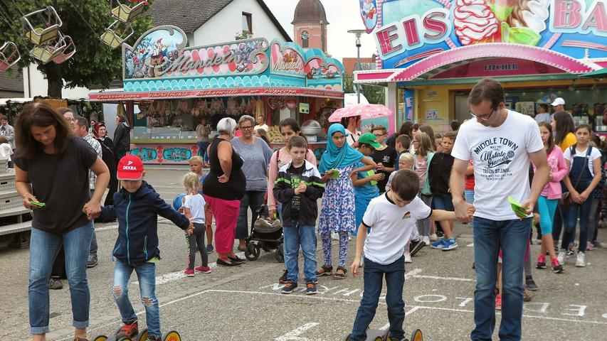 """Überraschend gut besucht war der Kinder- und Familentag beim Treuchtlinger Volksfest. An die 250 Kindergarten- und Grundschulkinder versuchten sich an acht Spielstationen auf dem Festplatz und im Bierzelt im Fahrradreifenwerfen, Pedalofahren, Schubkarrenrennen oder Sackhüpfen – wobei letzteres eher zum """"Sacklaufen"""" wurde, hatten beide Säcke doch nach kurzer Zeit keinen Boden mehr. Ob die Stadt die Jutebeutel wohl heimlich gegen ihr löchriges Stadtsäckel ausgetauscht hatte...?"""
