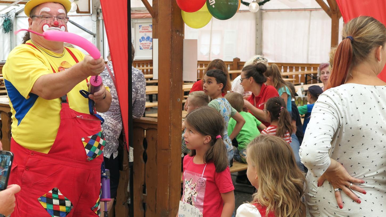 Für Familien mit Kindern wird es ab dem 9. Juli vereinzelte Buden und Fahrgeschäfte im Stadtgebiet geben.