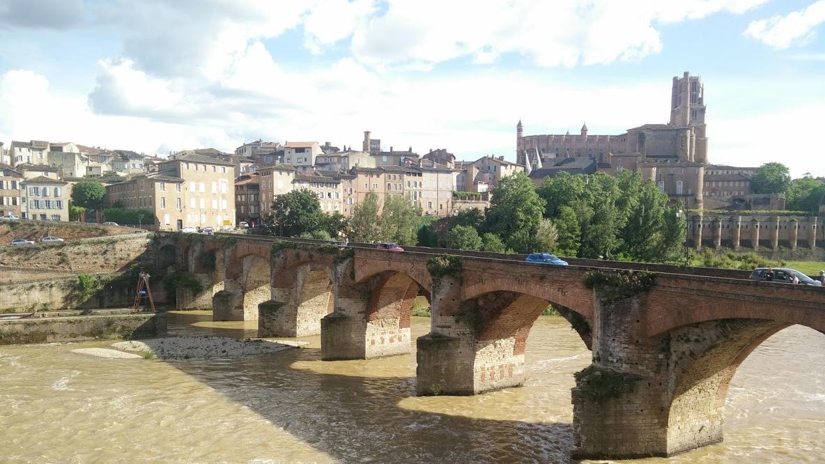 Durch das Städtchen Albi mit seiner bizarren Kathedrale rauscht der Fluss Tarn.