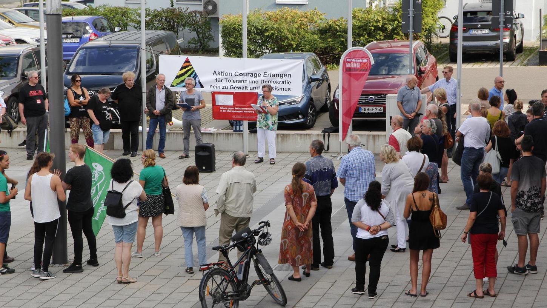 """Die """"Aktion Courage Erlangen"""" hatte in Heroldsberg zur Demonstration gegen den Wahlauftakt der AfD für die Stadt und den Landkreis aufgerufen."""