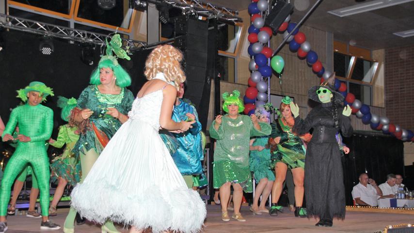 Neben Glinda darf natürlich auch die grüne Hexe Elphaba in