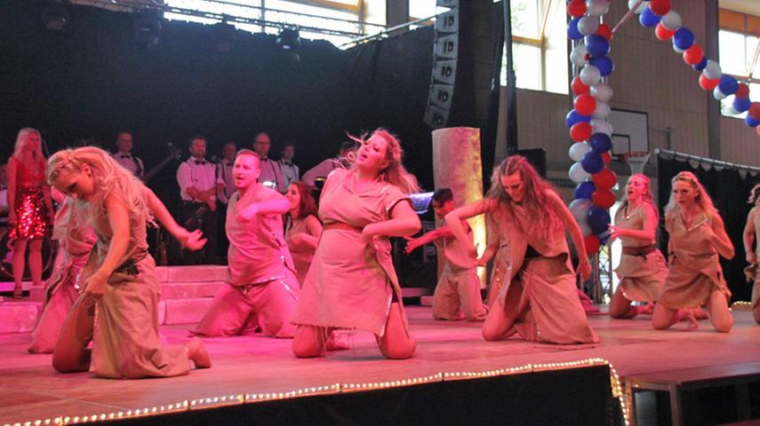 Da kommt was auf uns zu: Bei der Jubiläumsgala präsentierte die KaGe schon einen Vorgucker auf den Schautanz der nächsten Session. Die Tänzer nehmen sich