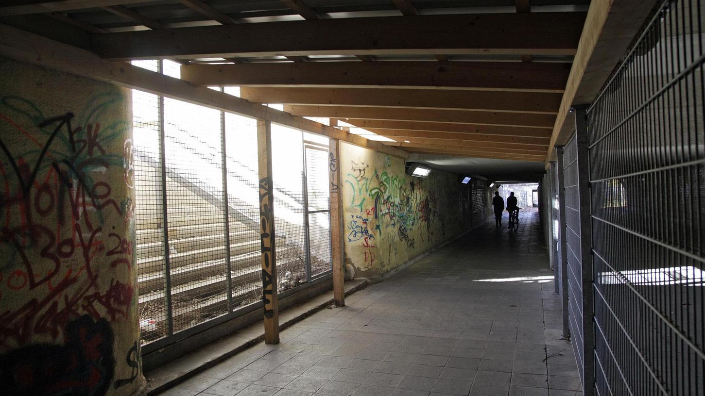 Schmierereien an den Wänden, vergitterte Treppen — in diesem Zustand befindet sich der einstige Bahnhof Märzfeld. Nach vielen Plänen und Vorschlägen sollen die Kosten für eine Sanierung geklärt werden.