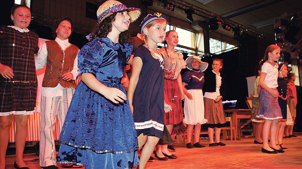 """Alle dabei: Die Kinder hatten bei den Ausschnitten aus """"Mary Poppins"""" ihren großen Auftritt und durften dabei zeigen, dass die Karnevalisten auch mit 55 Jahren noch immer jung geblieben sind – in jeder Hinsicht."""