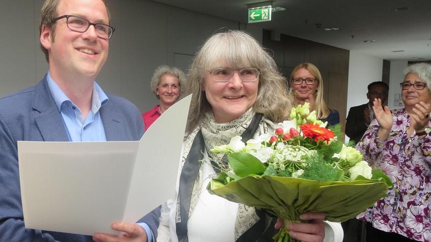 Oberbürgermeister Florian Janik überreichte Gisela Sponsel-Trykowski den Ehrenbrief der Stadt Erlangen.