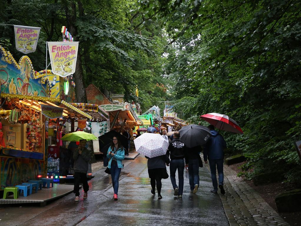 Annafest 2017 im Kellerwald Forchheim; Thema: Familientag; Regen; Wetter..Foto: (c) RALF RÖDEL / NN (25.07.2017)