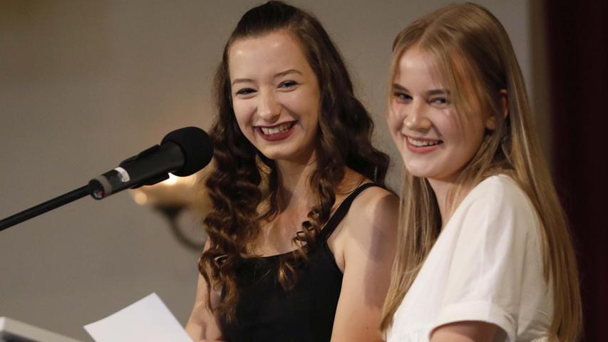 Sie stimmten das Publikum auch mit Erinnerungen auf die Feier ein: Die Schülersprecherinnen Nathalie Süß und Sophia Lodde (r.).