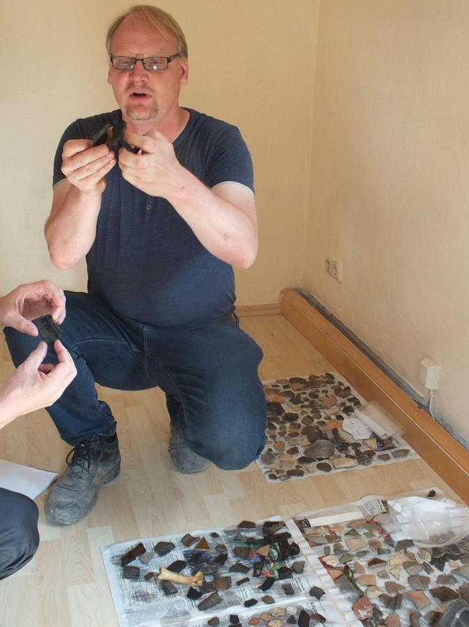 Dr.Marco Goldhausen mit Exponaten, die in Herzogenaurach gefunden wurden.