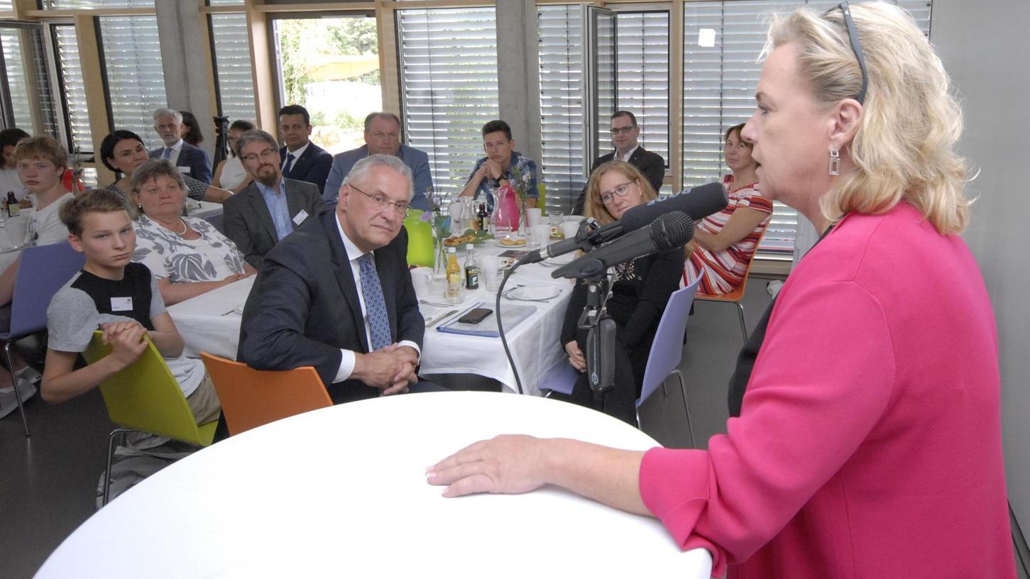 Jeder Landtagskandidat darf nach eingehender Diskussion drei Minuten lang ein Statement abgeben, wie hier MdL Alexandra Hiersemann. Auch Innenminister Joachim Herrmann hört aufmerksam zu.