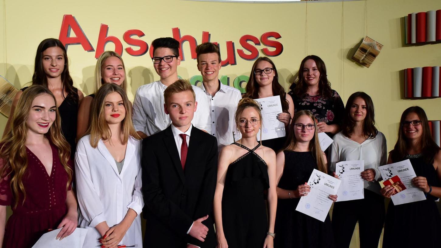 Diese elf Absolventinnen und zwei Absolventen der Georg-Hartmann-Realschule Forchheim erzielten einen Notenschnitt von unter 1,6 und wurden besonders geehrt. Ganz links im roten Kleid die Jahrgangsbeste Franziska Kist.