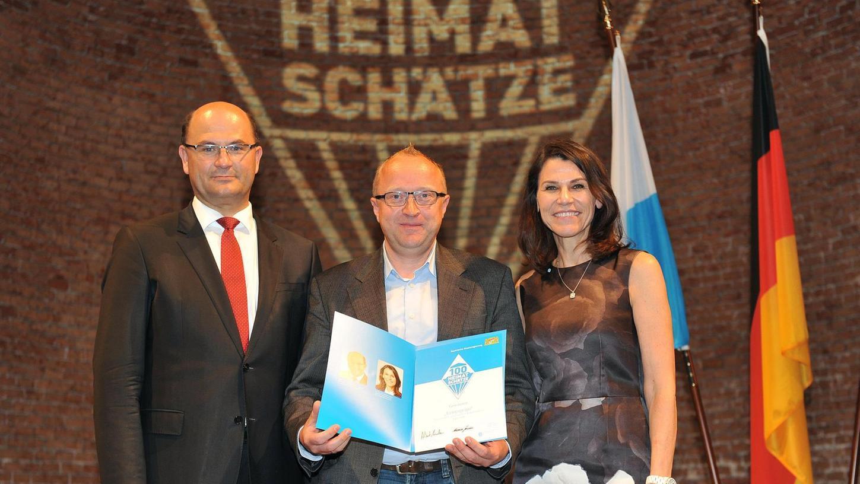 Christian Hoyer (Mi.) erhielt die Urkunde von Heimatminister Albert Füracker und Wissenschaftsministerin Marion Kiechle.