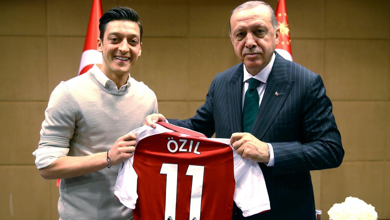 Der Anfang vom Ende Mesut Özils bei der deutschen Nationalmannschaft: Ein Foto mit dem türkischen Präsident Recep Tayyip Erdogan sorgte für Gesprächsstoff.