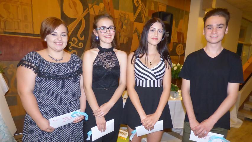 Mittelschule Gößweinstein. Die vier Klassenbesten wurden geehrt: Madelene Eckert, Lea-Sophie Ott, Julia Brütting, Dennis Gruber.