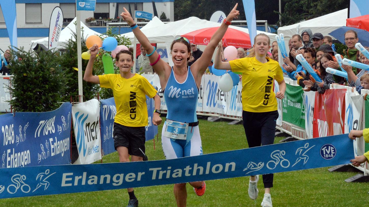 So jubelte die Siegerin im Jahr 2018: Lena Gottwald gewann beim Erlanger Triathlon auf der Kurzdistanz.