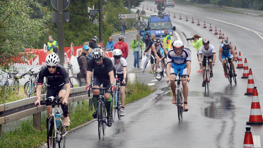Spitzenleistungen und Regenschlacht:  Der 29. Erlanger Triathlon