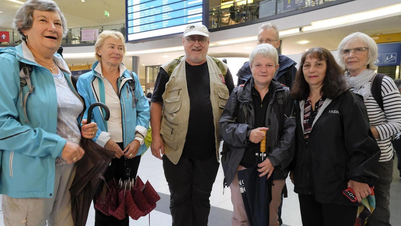 Mit Schirm, Charme — und teurem Tagesticket-Plus: Die Wandergruppe um Klaus Reith (Mitte) würde gerne preisgünstiger in die Hersbrucker Schweiz fahren.