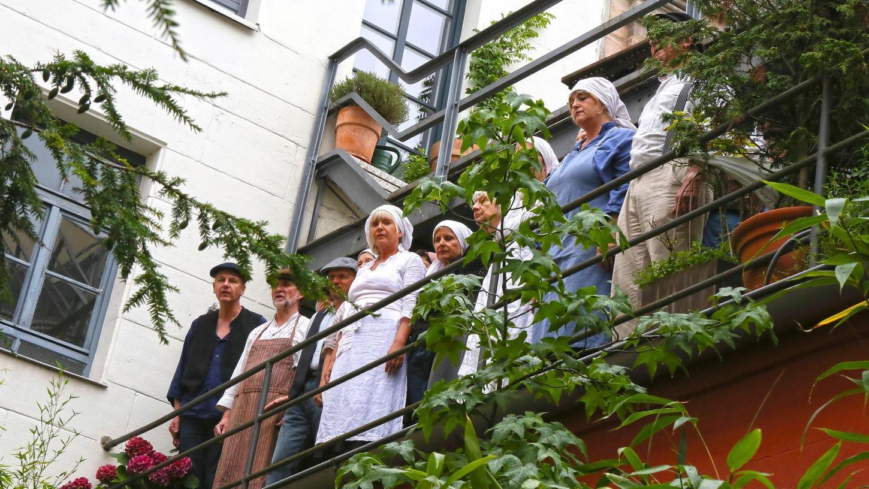 """""""Reichet alle euch die Hände, und die Welt wird besser sein"""": Im Hof der Theaterstraße 49 führten Schauspieler, Laien und der Chor Auftakt in die Zeit der rußenden Schlote und ließen ahnen, wovon Industriearbeiter damals träumten."""