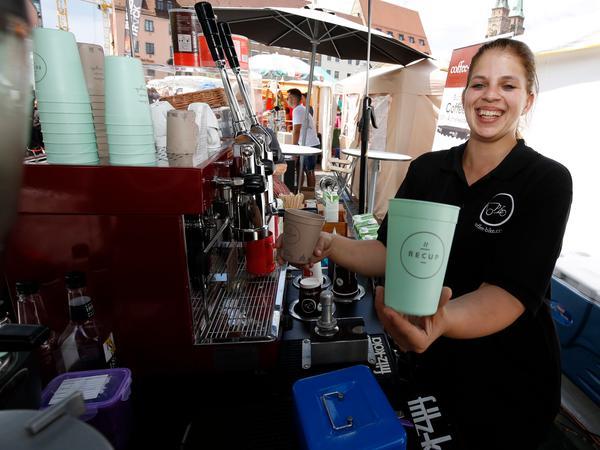 """Bei Tanja Dotterweich am """"Coffee-Bike"""" wird Kaffee in """"Recup""""-Bechern ausgeschenkt. """"Recup"""" ist ein deutschlandweites Pfandsystem für To-Go-Getränke. Auch der Nürnberger Tiergarten und einige Cafés beteiligen sich daran."""