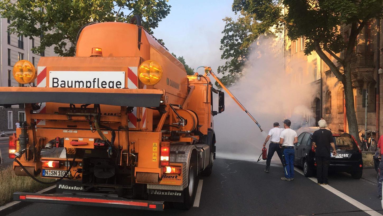 Löscharbeiten statt Baumpflege: Als ein Sör-Mitarbeiter am Dienstag in der Bayreuther Straße in Nürnberg ein brennendes Auto entdeckte, handelte er rasch.