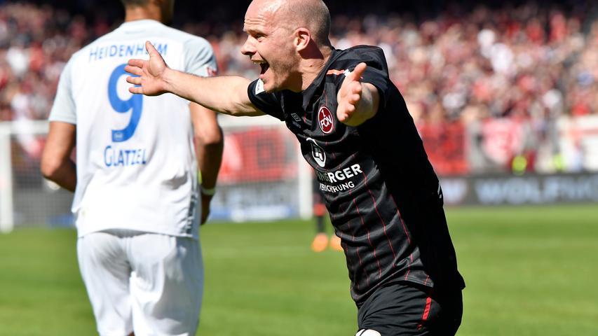 Als sich Sebastian Kerk früh in der Saison die Achillessehne riss, war klar, dass der Club handeln muss. Mit Tobias Werner zauberten die Verantwortlichen eine erfahrene, aber hungrige Lösung aus dem Hut. 26 Spiele absolvierte der Flügelspieler in der Aufstiegssaison für den 1. FC Nürnberg, zwei Tore und fünf Vorlagen zeugen zumindest von einem gewissen Mehrwert, den der in Gera geborene Werner dem Club brachte. In der neuen Saison kam der 33-Jährige zu zwei Einsätzen beim VfB Stuttgart II in der Regionalliga Südwest, der Bundesligist sucht nach einem Abnehmer für Werner, dessen Vertrag am Saisonende ausläuft.