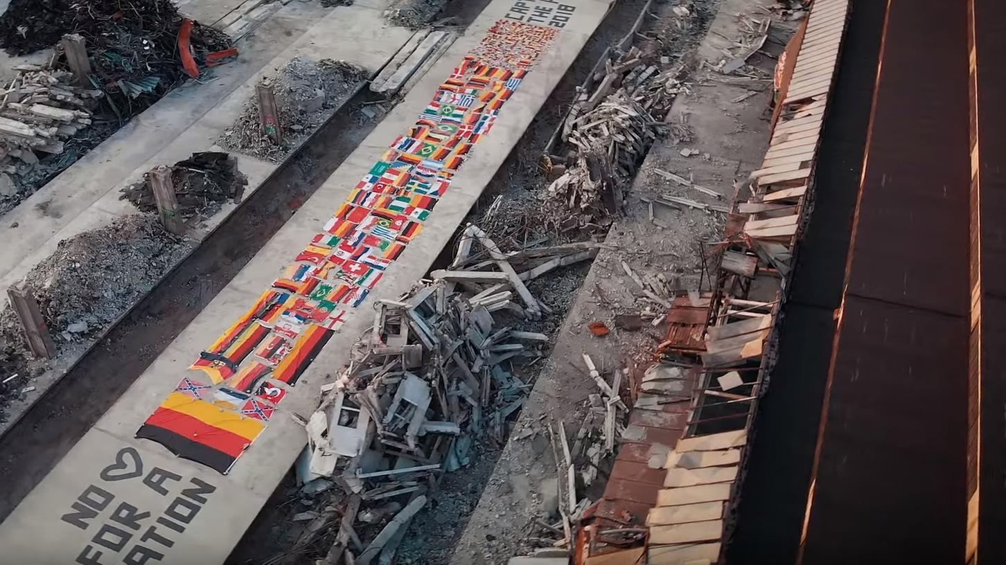 Luftaufnahmen zeigen die Flaggen, das Video wurde wohl mit einer Drohne gedreht.
