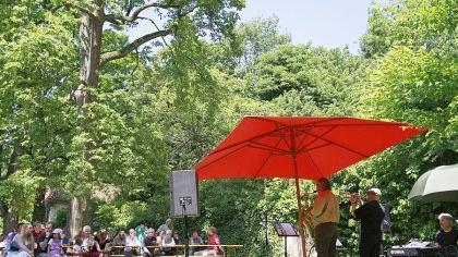 Im Garten des Erlanger Musikinstituts an der Rathsberger Straße hat der Jazz ein höchst ansprechendes Ambiente gefunden. Jetzt muss nur noch der Wille zum Experiment hinzukommen, um dem zeitgenössischen Jazz im Klassik-orientierten Institut willkommen zu heißen. Vielversprechende Ansätze dazu gibt es.