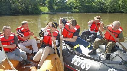 Wer holt am schnellsten den Schatz? Das gelbe Boot (li.) mit Johann Petri, Karl-Heinz Braun und Udo Schönfelder hatte am Ende die Nase vorn, während das andere Boot weit abgetrieben wurde.