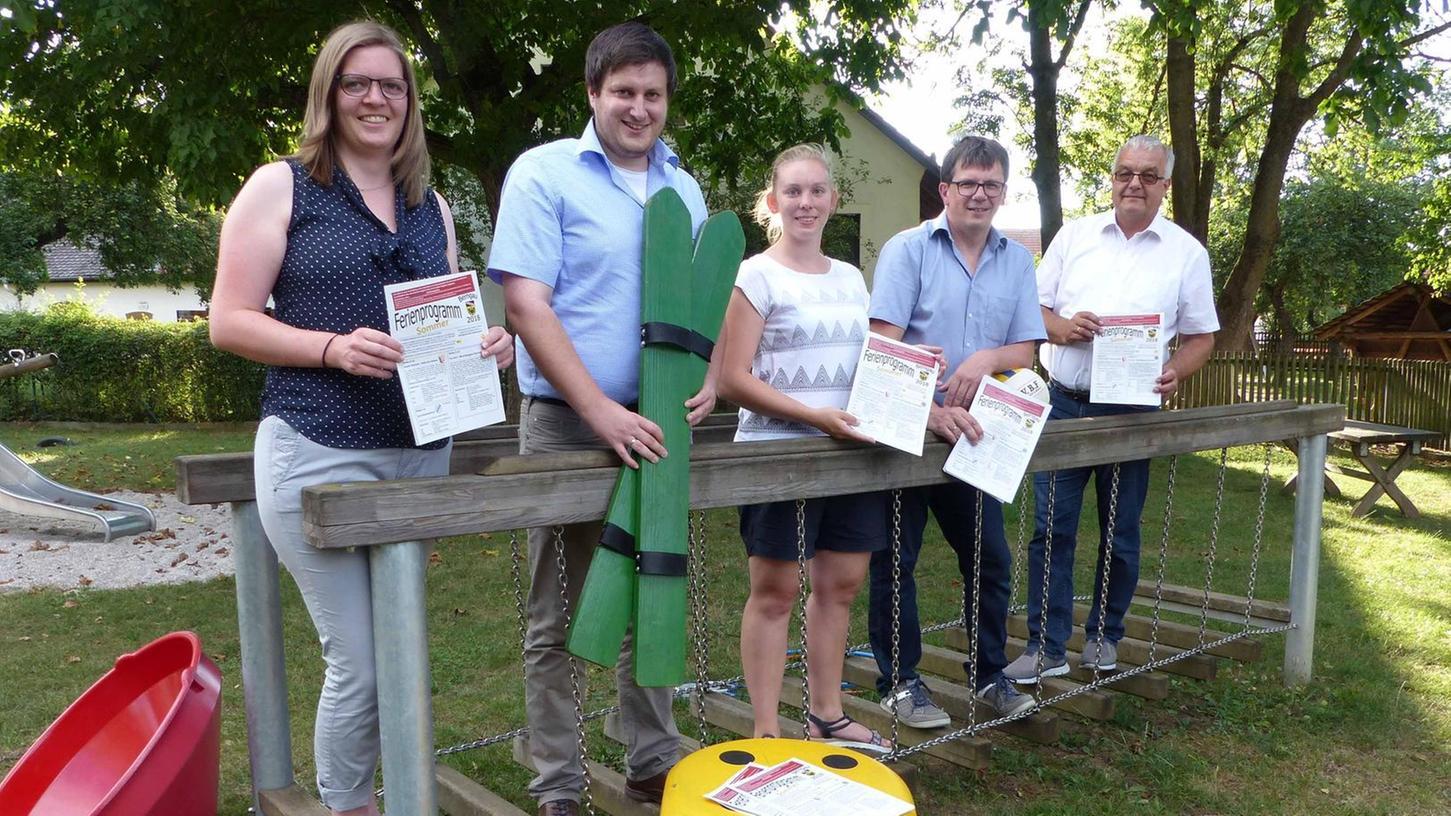 Das Berngauer Ferienprogramm haben (v.r.) Bürgermeister Wild, Stefan Meyer, Christine Häring, Sebastian Schrafl und Maria Schmalzl vorgestellt.