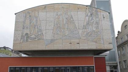 Das Mosaik von Hans Langhojer und Georg Weidenbacher ist der Fassadendämmung im Weg. Für den Erhalt des Kunstwerks sind Spenden nötig, doch bislang ist längst nicht so viel Geld zusammengekommen, wie erhofft.