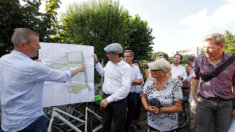 Das Interesse an Fahrradwegen und Grünflächen hat deutlich zugelegt. OB Ulrich Maly hat den Rahmenplan für das Gelände an der Brunecker Straße in der Hand und erklärt, dass ein Drittel des 90 Hektar großen Geländes einem Park vorbehalten bleibt.