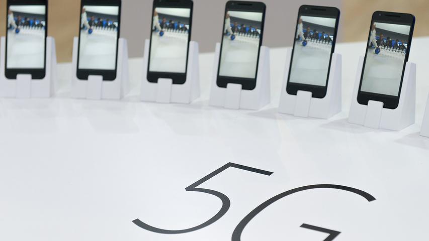 Für die ersten kommerziellen Anwendungen dürfte 5G ab dem Jahr 2020 verfügbar sein. Die Versteigerung der Frequenzen ist laut bayerischem Gesundheitsministerium für Anfang 2019 geplant. Die endgültigen Frequenzbereiche stehen noch ebenso wenig fest wie Anzahl und Art der neuen Mobilfunksendemasten.