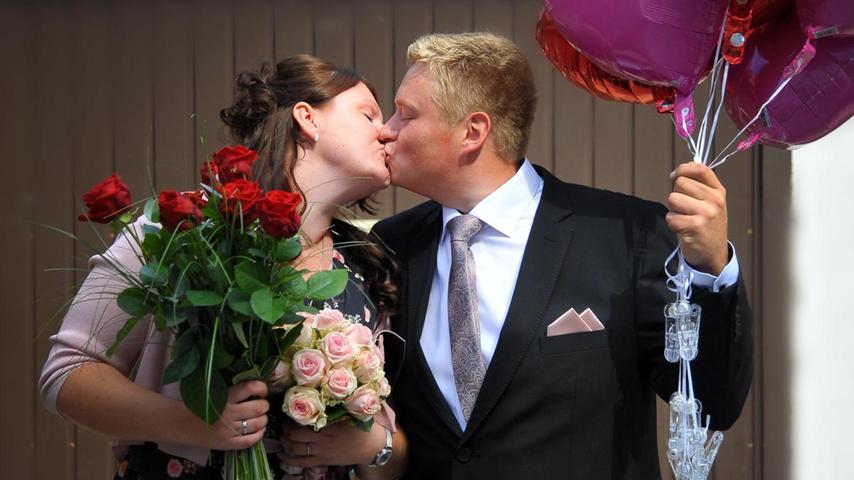 Im Neumarkter Standesamt in der Fischergasse haben Daniel Gailler und Jessica Müller geheiratet. Die 26-jährige Bäckereifachverkäuferin und der 29-jährige Maler/Lackierer hatten sich vor acht Jahren im Sudhaus kennengelernt. Nach der Trauung standen die Arbeitskolleginnen der Braut Spalier, um dem frisch vermählten Ehepaar zu gratulieren. Im nächsten Jahr folgt dann die kirchliche Trauung. Das Paar wohnt in Holzheim im Elternhaus des Bräutigams, wo sich die beiden eine Wohnung eingerichtet haben.