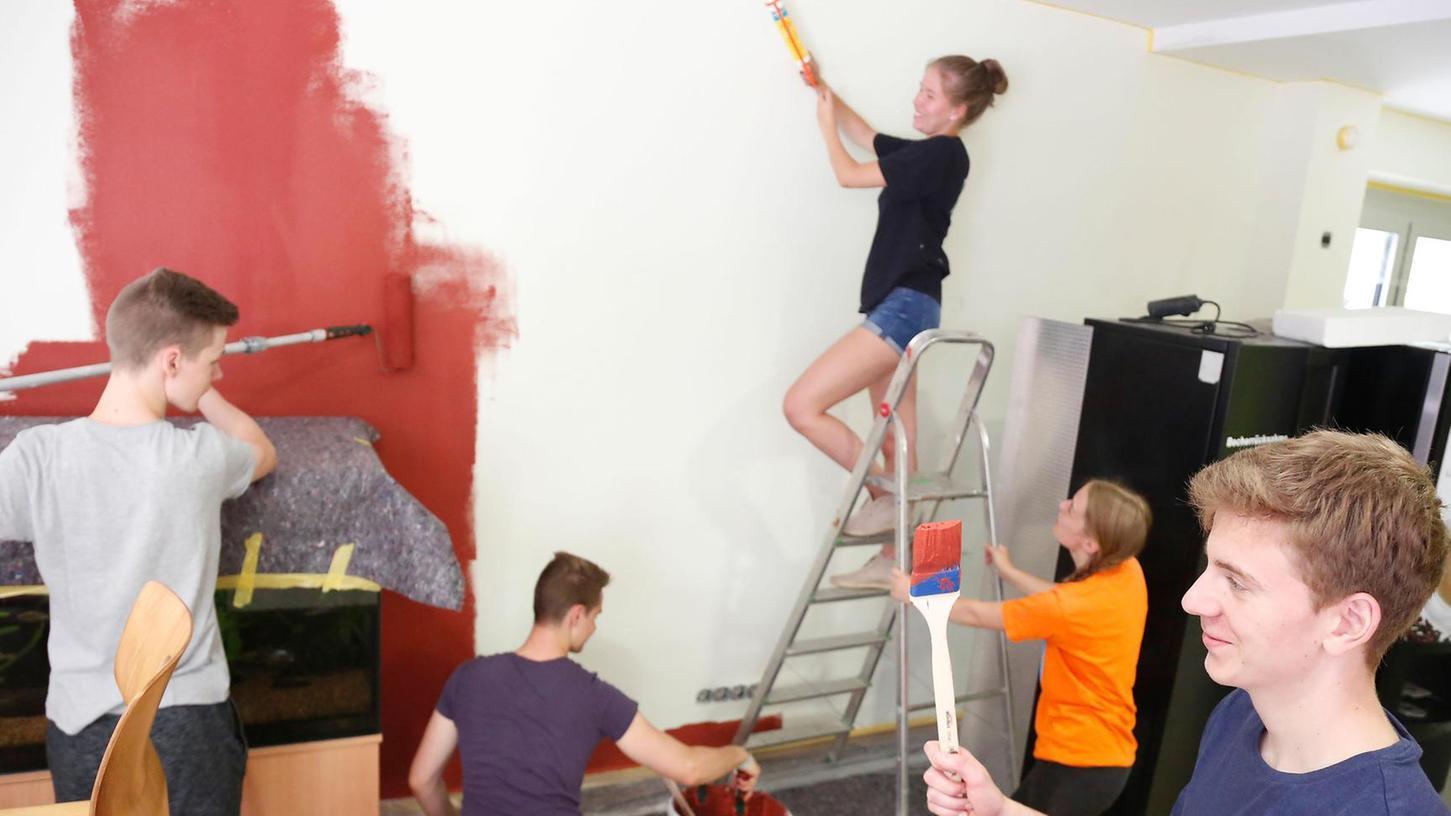 """Fleißig am Arbeiten sind zurzeit die Schüler des P-Seminars """"Gesunde Schulverpflegung"""". Ein kräftiges Rot an den Wänden soll künftig mehr Schüler in die Mensa locken."""