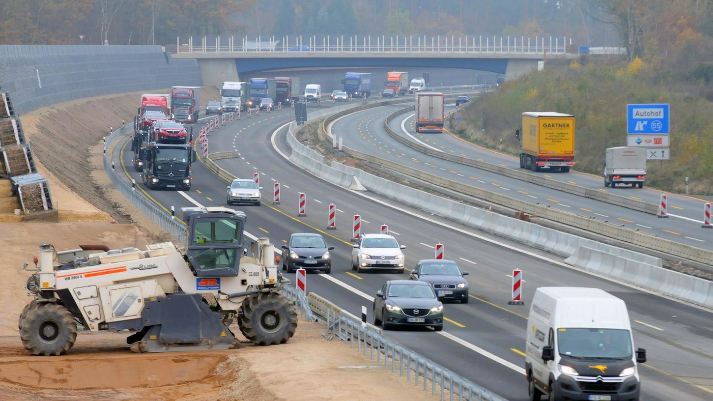 Auf der A6 bei Schwabach wird man sich auch 2019 noch durch die Baustelle zwängen müssen. 2020 könnte dann gleich beim westlich anschließenden Abschnitt mit dem Ausbau begonnen werden.
