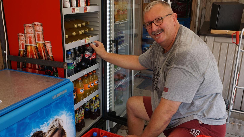 Trotz Hitzewelle bestens gelaunt: Klaus Carl von der ZanZiBar am Erlebnisspielplatz Wald muss derzeit für genügend Nachschub an kalten Getränken sorgen.