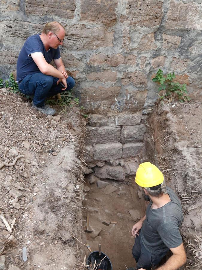 Die mittelalterliche Burgmauer ist auf ein älteres Mauerwerk aufgesetzt.