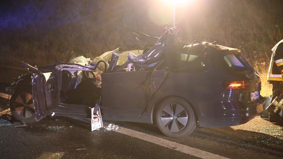 Schwerer Unfall auf A6: VW nach Kollision völlig zerstört