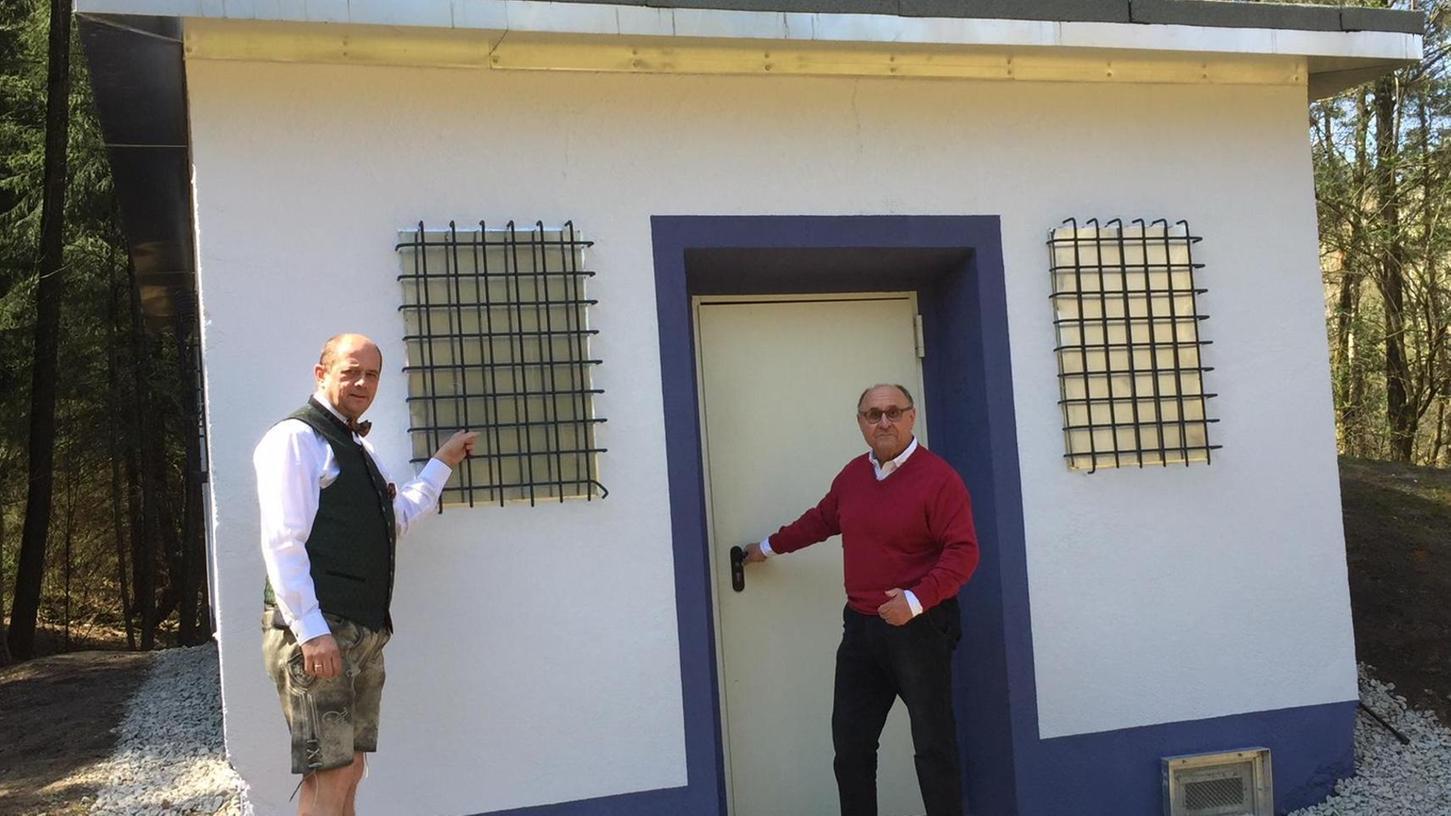 Das Leupser Wasserhaus ist vor kurzem um des Friedens Willen mit den Bürgern renoviert worden. Jetzt rufen Hans Hümmer (links) und Manfred Thümmler zum Wassersparen auf. Die Quellschüttung kann keinen Brandschutz mehr garantieren.
