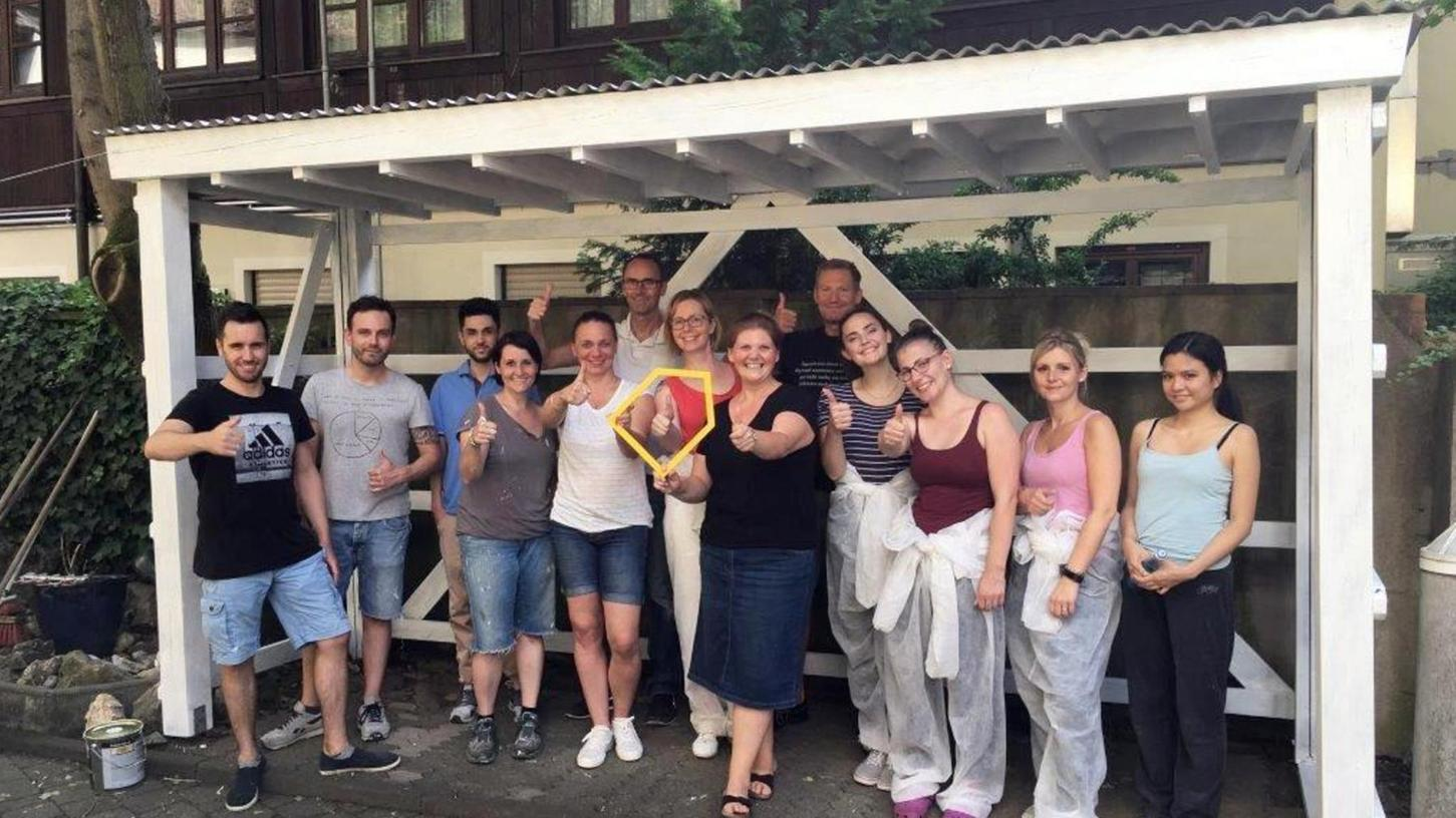 Die Mitarbeiter von Seda Germany nach getaner Arbeit mit der Leiterin des Ronald-McDonald-Hauses, Heike Weber (Mitte mit dem gelben Logohaus).