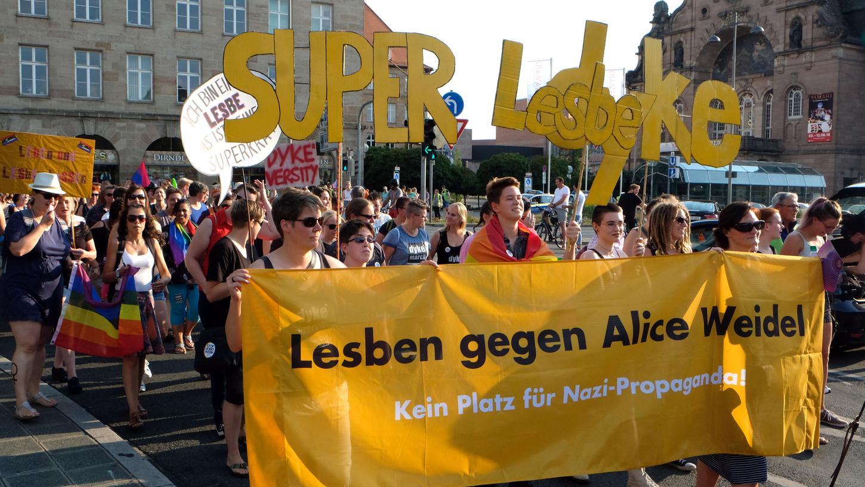 Hunderte trafen sich am Freitagnachmittag, um in der Innenstadt gemeinsam für die Rechte von Lesben einzutreten.