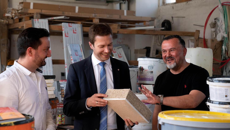 Setzten nach eigenen Angaben als Erste in Deutschland Hanf zur Dämmung ein: Geschäftsführer Murat Baydemir (rechts) und Stuckateurmeister Mustafa Baydemir (links) erklären Landrat Matthias Dießl die Vorzüge des ökologisch verträglichen Materials.