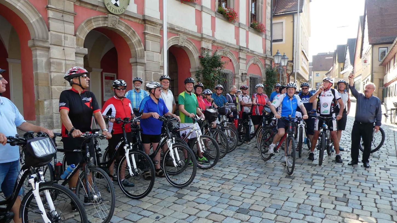Bürgermeister Peter Holzmann (r.) gab den Startschuss zu einer weiteren Benefizradtour von Helmuth P. Schuh (3.v. r.), an der auch als passionierter Radfahrer MdL Hans Herold (5. v. r.) teilnahm.