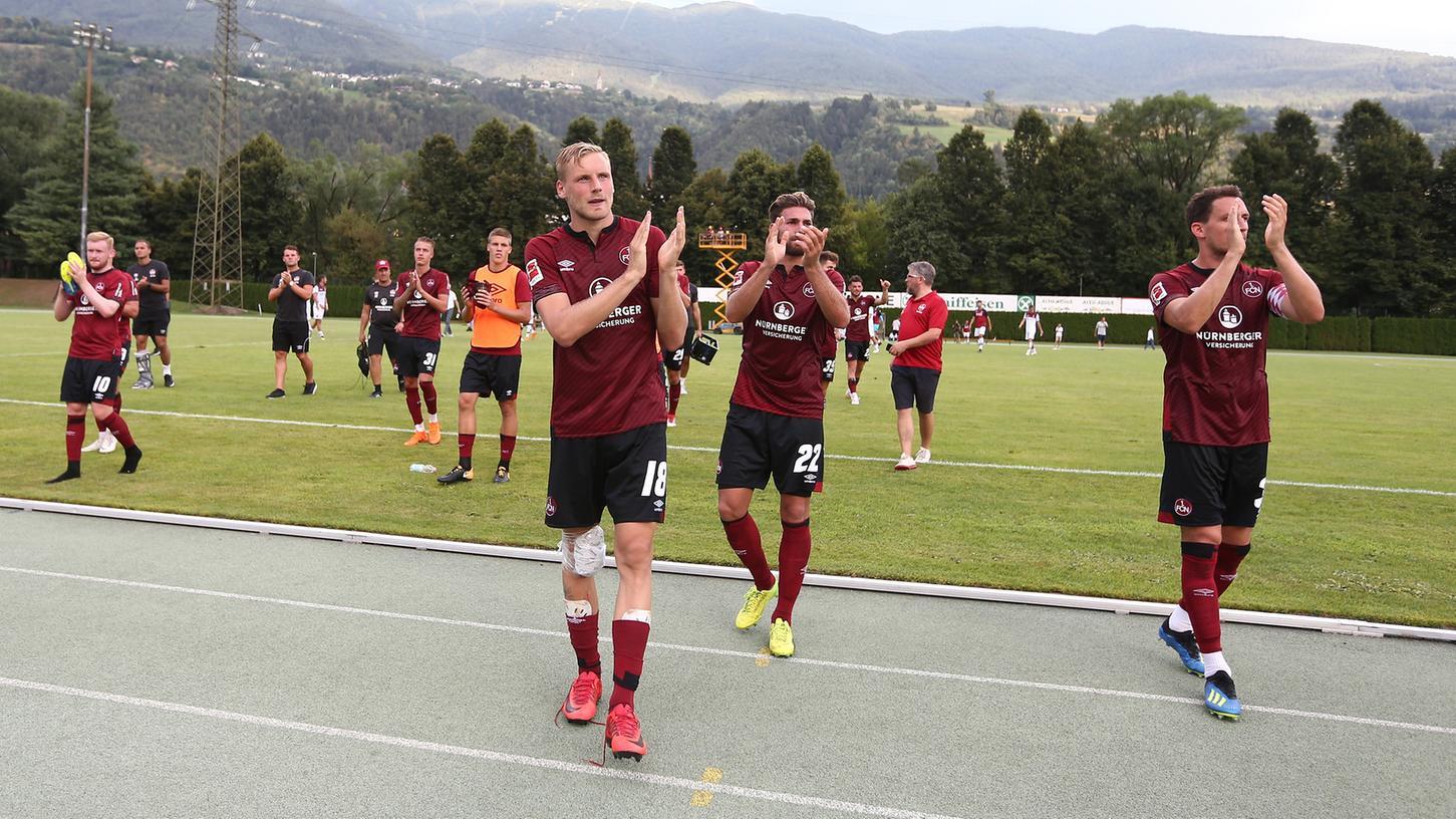 Bis nächstes Jahr: Nürnbergs Fußballer verabschieden sich nach dem Testspiel gegen Bologna vom liebgewonnenen Natz.
